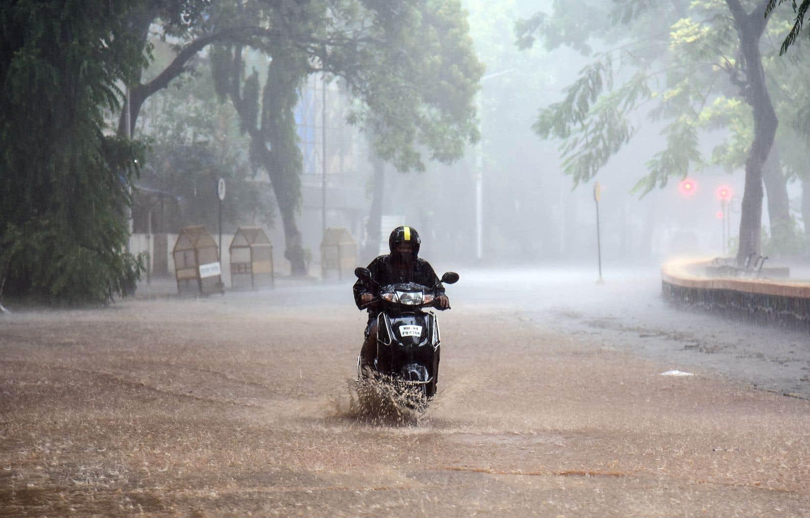 La puissante tempête arrive au moment où l'Inde combat l'une des pires éclosions de coronavirus de la planète.