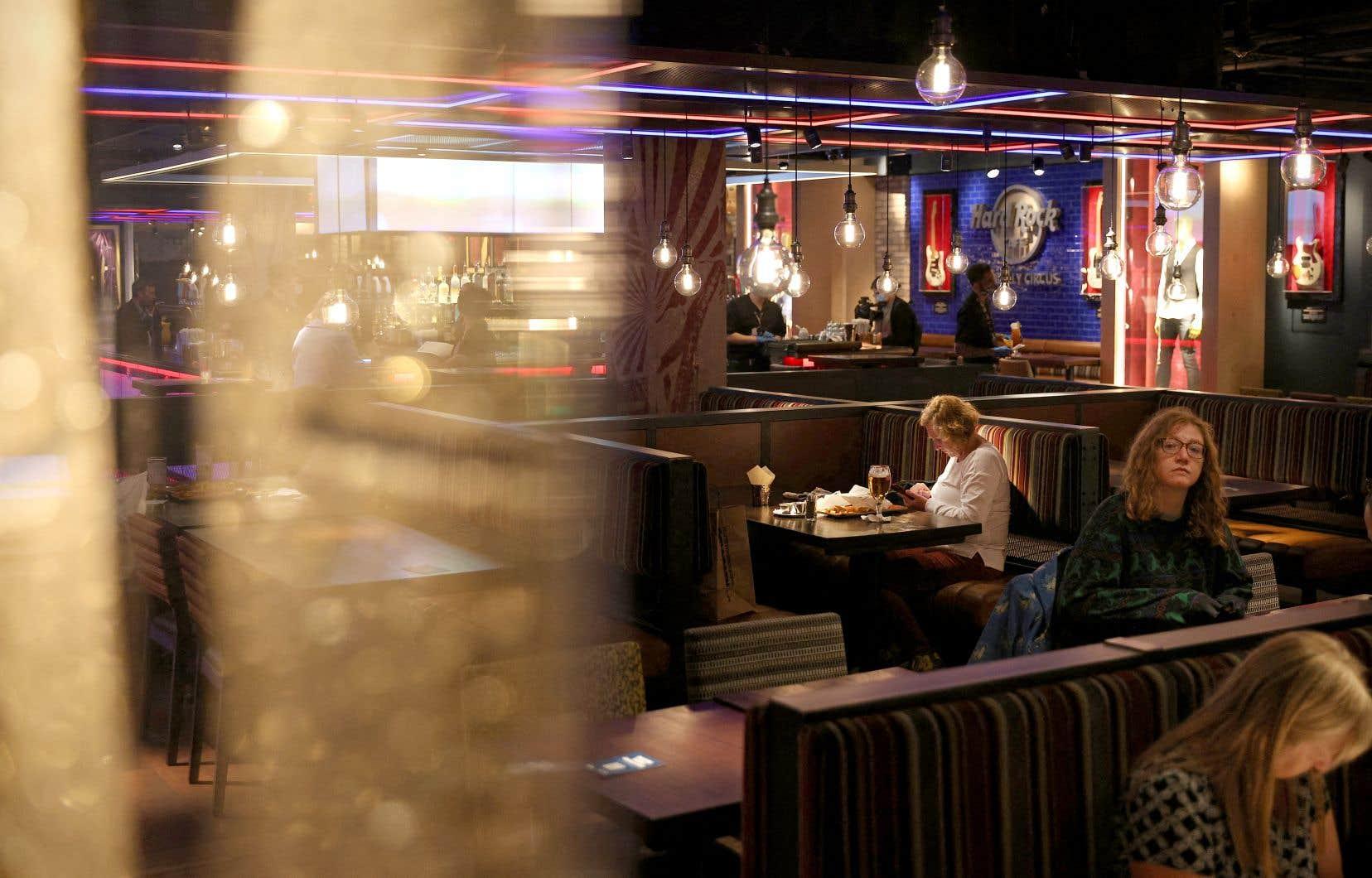 Au Royaume-Uni, il est désormais permis aux restaurants de rouvrir.