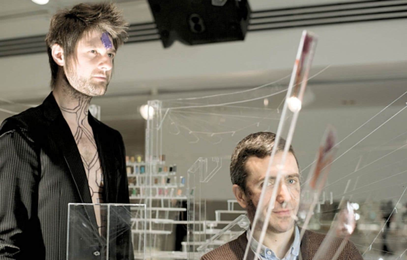 Pierre Lapointe et David Altmedj ont travaillé ensemble sur le projet Contes crépusculaires, présenté à la galerie de l'UQAM.<br />