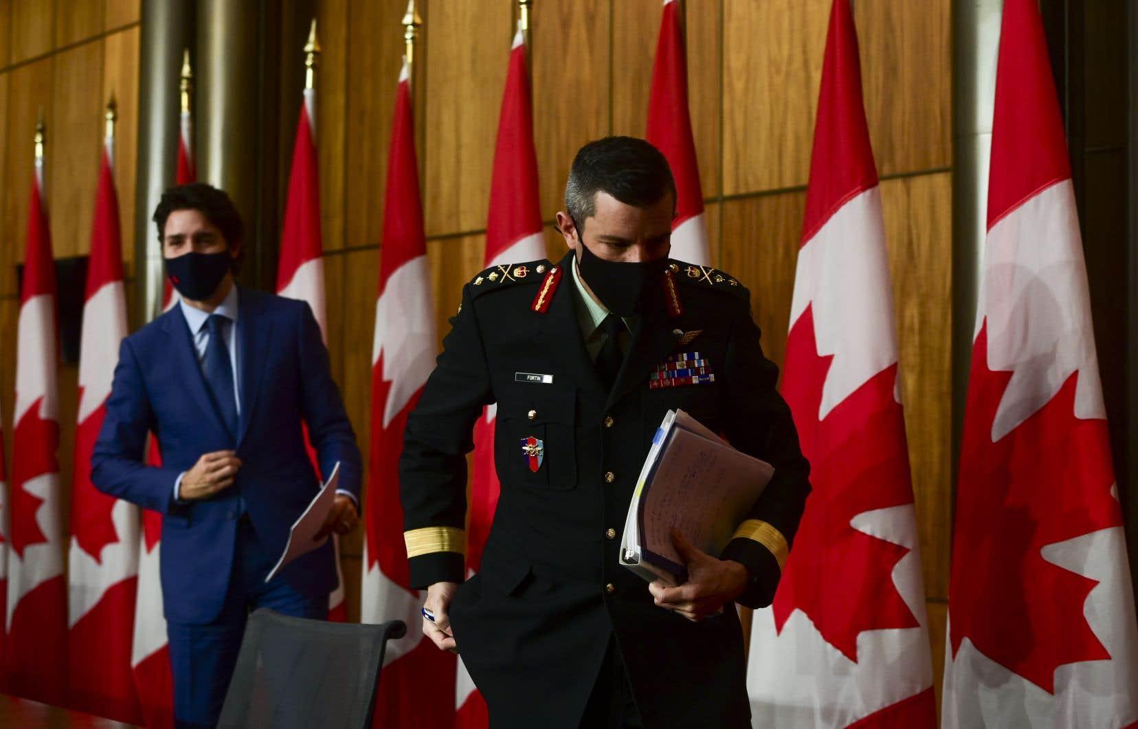 Le premier ministre Justin Trudeau etle major général Dany Fortin
