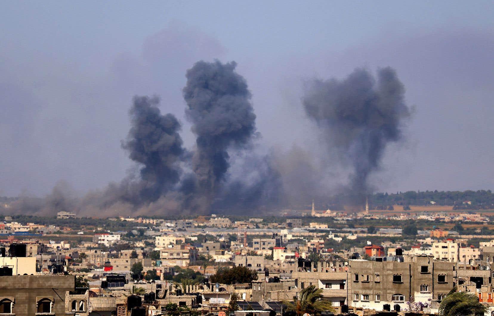 La flambée de violences qui dure depuis le 10 mai, la plus meurtrière depuis 2014 entre l'État hébreu et le Hamas, a coûté la vie à au moins 227 Palestiniens. Sur la photo, de la fumée dans le ciel de Rafah, dans le sud de la bande de Gaza, après des frappes aériennes israéliennes, mercredi.