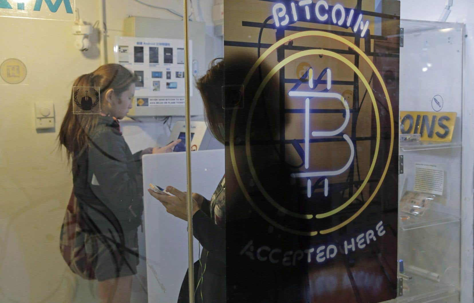 À son plus bas niveau enregistré mercredi, le bitcoin perdait près d'un tiers de sa valeur par rapport au début de la semaine et plus de la moitié en comparaison avec son record, le 14avril, à 64869,78 dollars américains.
