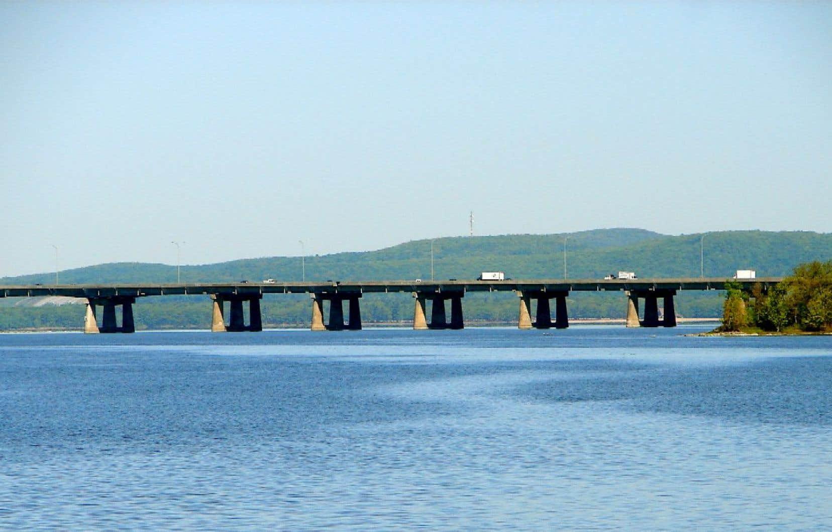 Le pont de l'Île-aux-Tourtes de l'autoroute 40, qui relie Montréal à Vaudreuil-Dorion