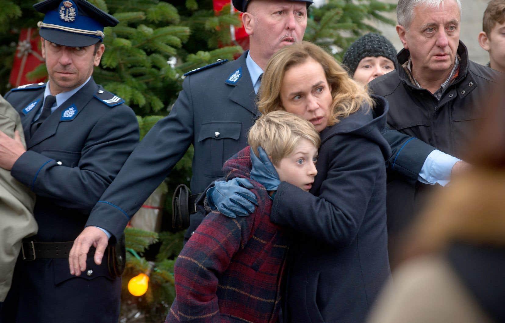 «Trois jours et une vie» capture les prémices et les suites d'un drame. En décembre 1999, alors qu'un enfant de cinq ans disparaît, chacun regarde son voisin de travers. Qui sait quoi?