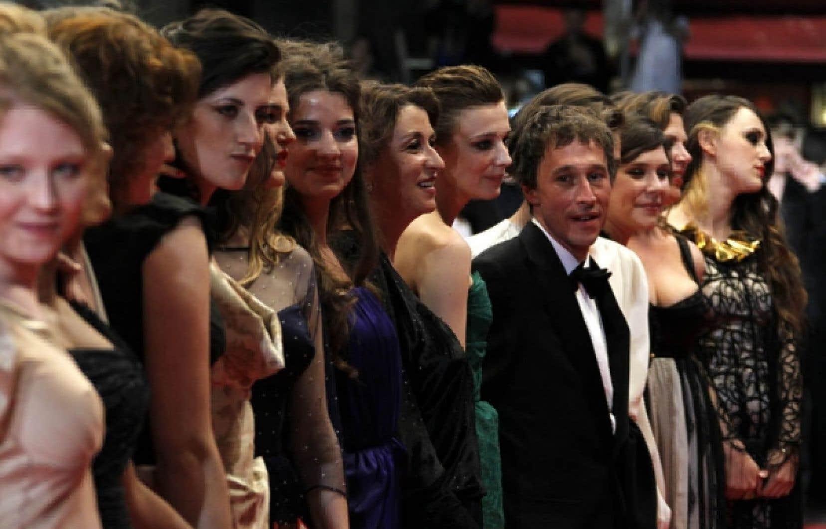 Le réalisateur Bertrand Bonello était entouré des principales interprètes du film L'Apollonide, hier sur le tapis rouge.<br />
