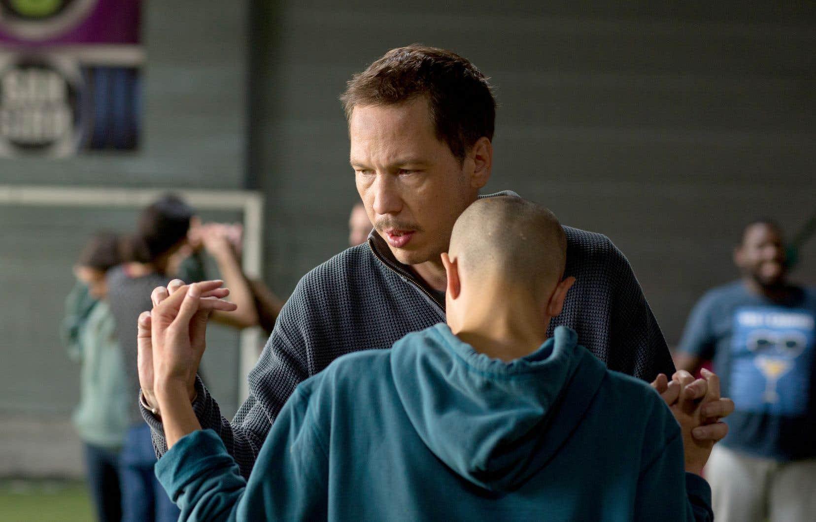 Plusieurs vrais jeunes autistes et référents apparaissent dans le film,  qui navigue entre fiction  et docufiction, dans une approche renforcée  par une caméra à l'épaule  à l'affût et  une esthétique sans fard.