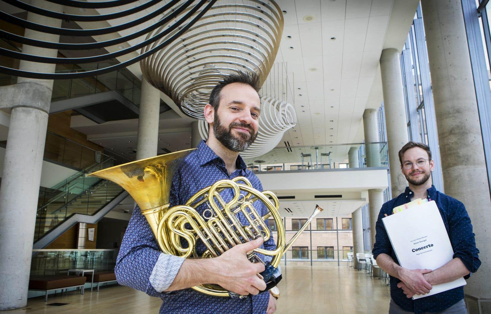 Corniste à l'Orchestre Métropolitain, Simon Bourget (à droite) a écrit un concerto dédié à son ancien professeur et chef de pupitre Louis-Philippe Marsolais. «Le Concerto» pour cor du jeune musicien-compositeur dure 16 minutes.