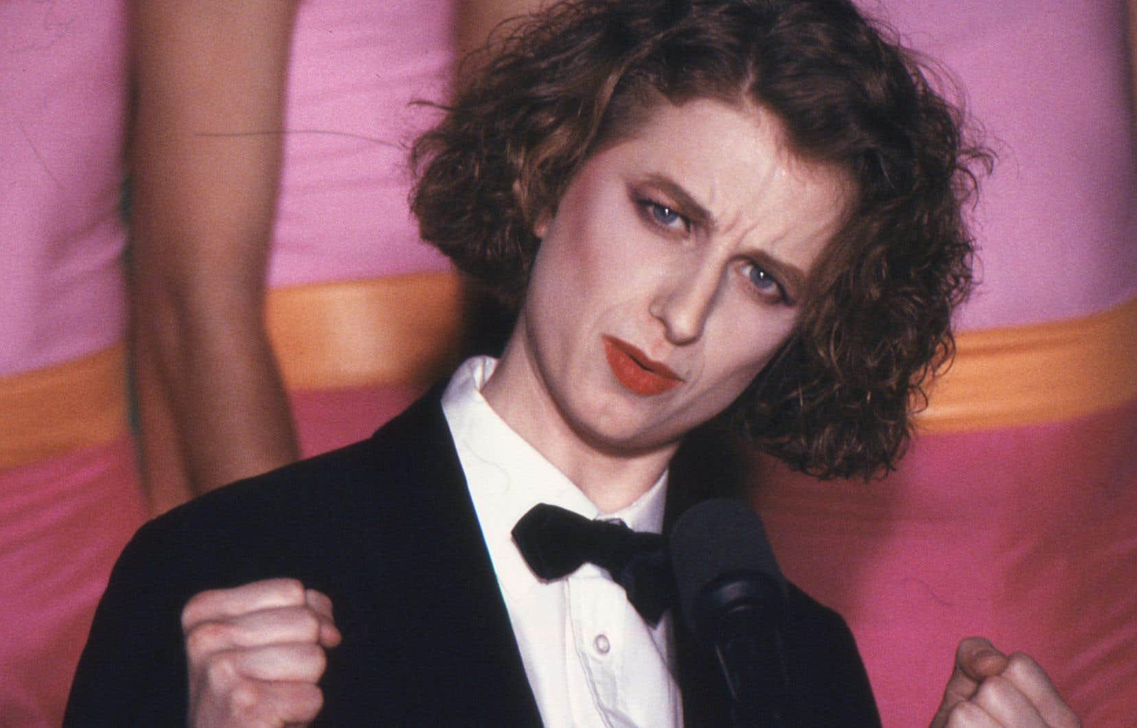 Chantal Francke raconte avoir insisté pour que ses camarades masculins ne cabotinent pas durant sa parodie du clip «Simply Irresistible»(devenu «Je suis une irréductible») de Robert Palmer, qui chantait devant un décor de jeunes femmes aux regards vitreux.