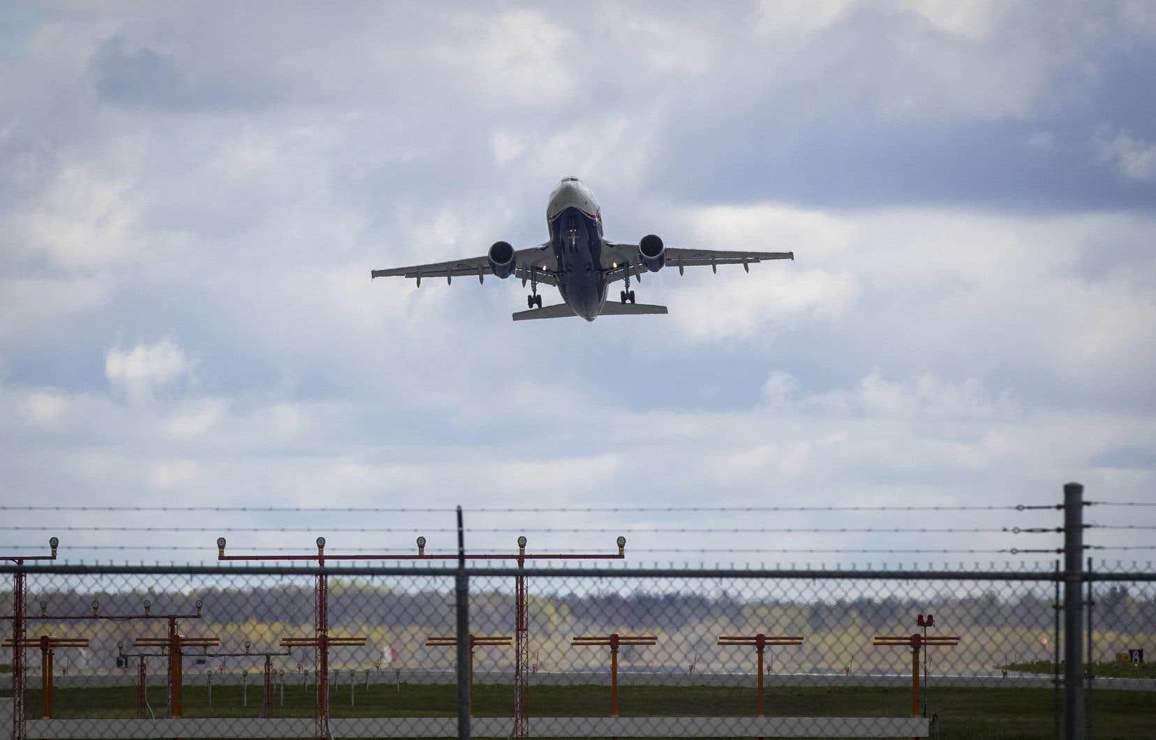 Les passagers qui quitteront l'Inde ou le Pakistan devront continuer de passer par un autre aéroport avant d'entrer au Canada, et devront s'assurer d'avoir en main un test de dépistage négatif de COVID-19 réalisé pendant leur escale.