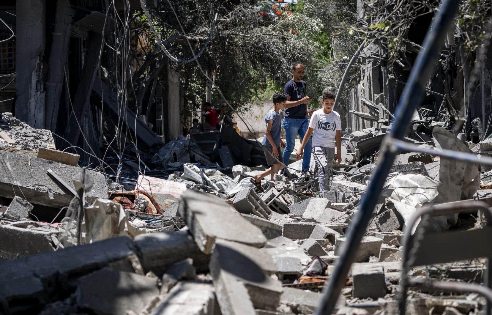 À Gaza, la distribution par les autorités locales et les ONG d'aides de première nécessité laisse la population amère face à l'ampleur des dégâts.