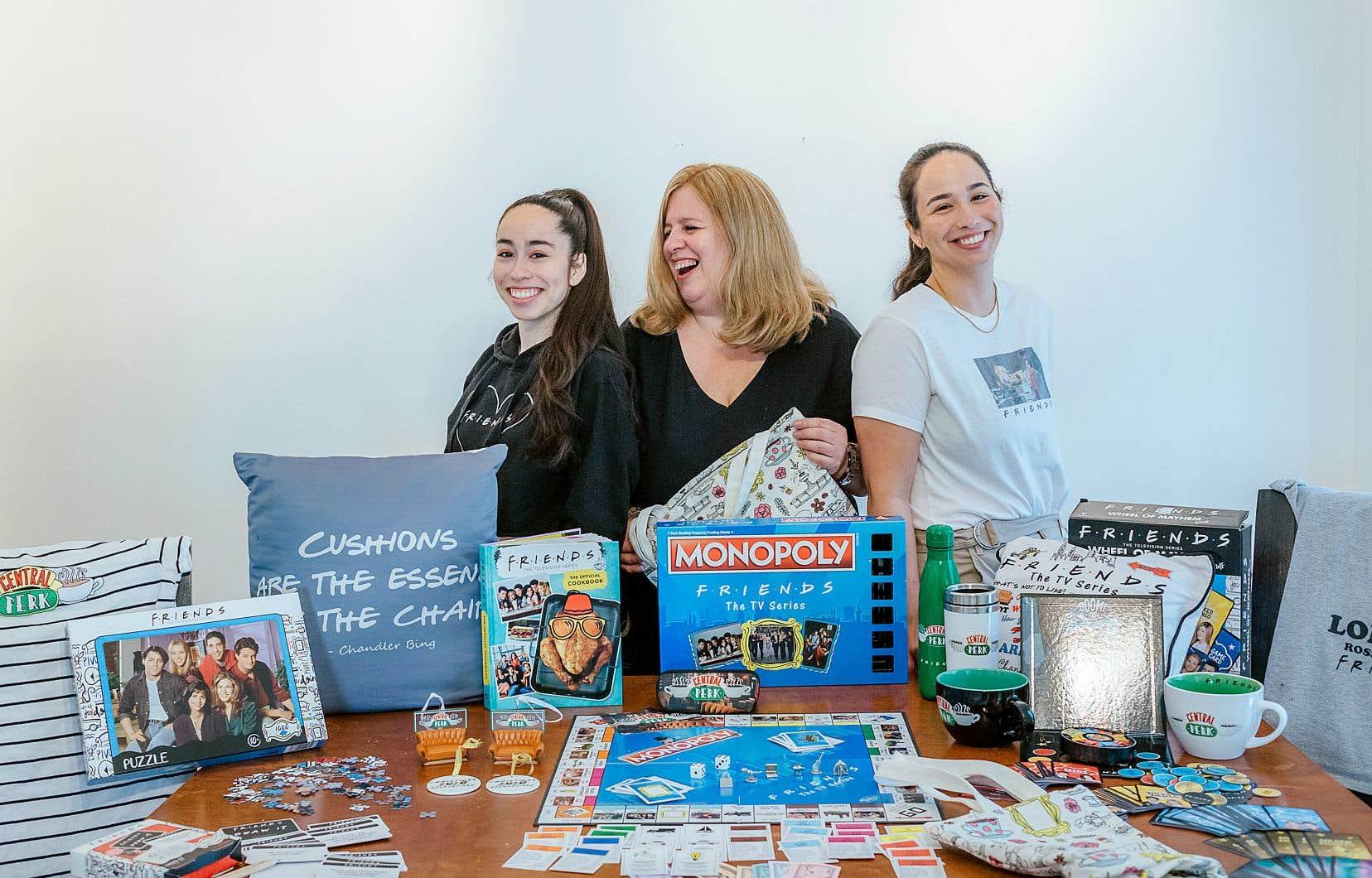 Nathalie Huot et ses deux filles, Alicia et Victoria, toutes trois inconditionnelles de la série Friends, avec une partie de leur collection de produits dérivés de la série: tasses, chandails, livres de cuisine, ou jeux de société.