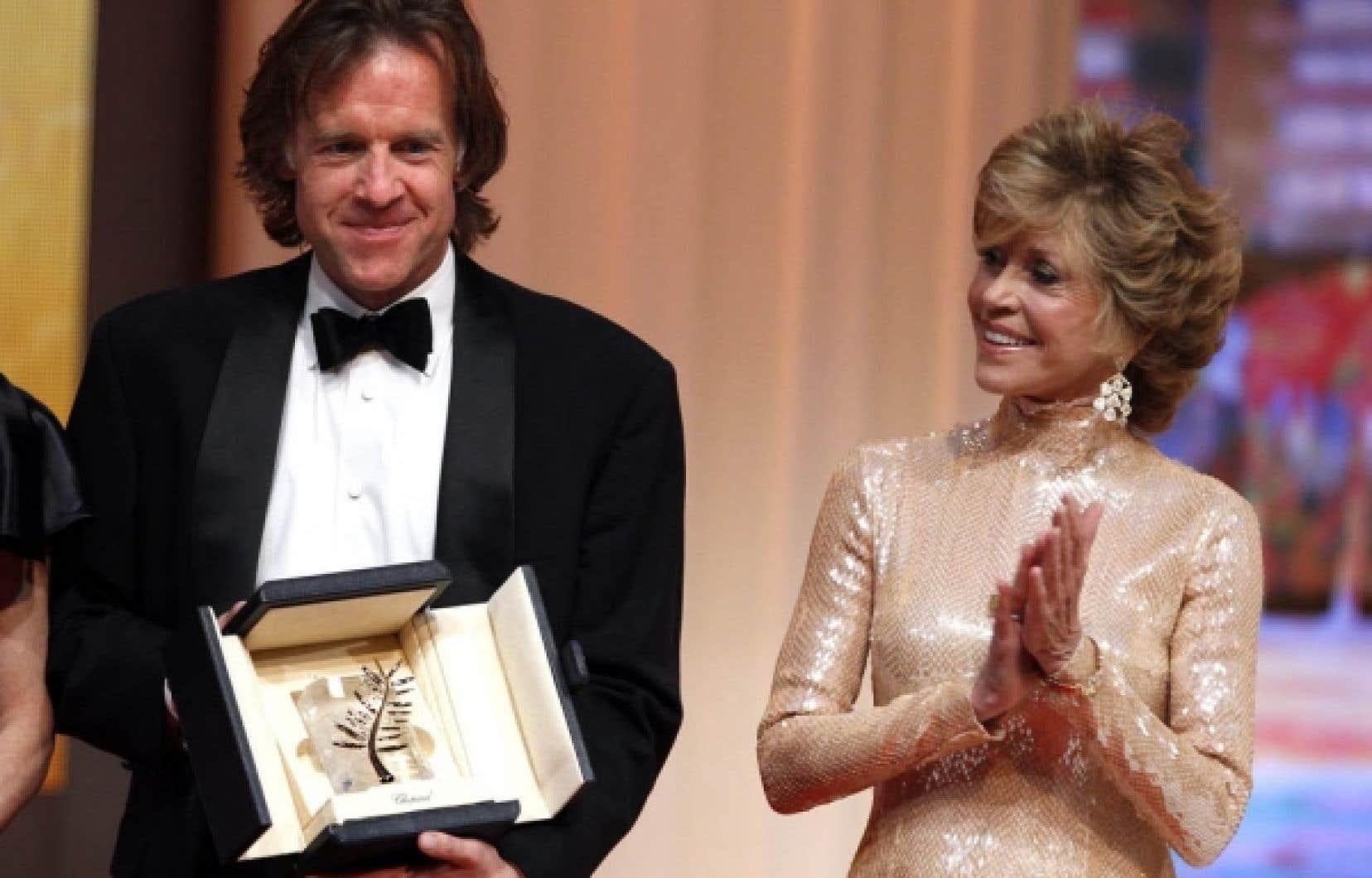 En l'absence du réalisateur Terrence Malick, le producteur du film The Tree of Life, Bill Pohlad, a reçu la Palme d'or du Festival de Cannes, dimanche, des mains de l'actrice Jane Fonda.