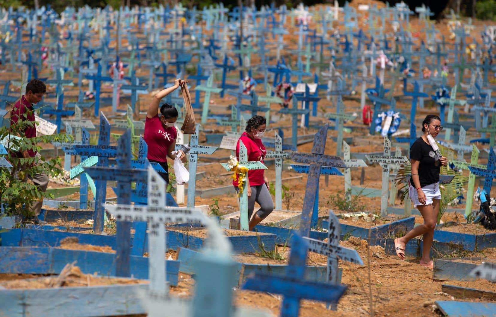 Des femmes marchent dans le cimetière Nossa Senhora Aparecida, à Manaus, au Brésil, où le variant P.1 a émergé en novembre 2020.