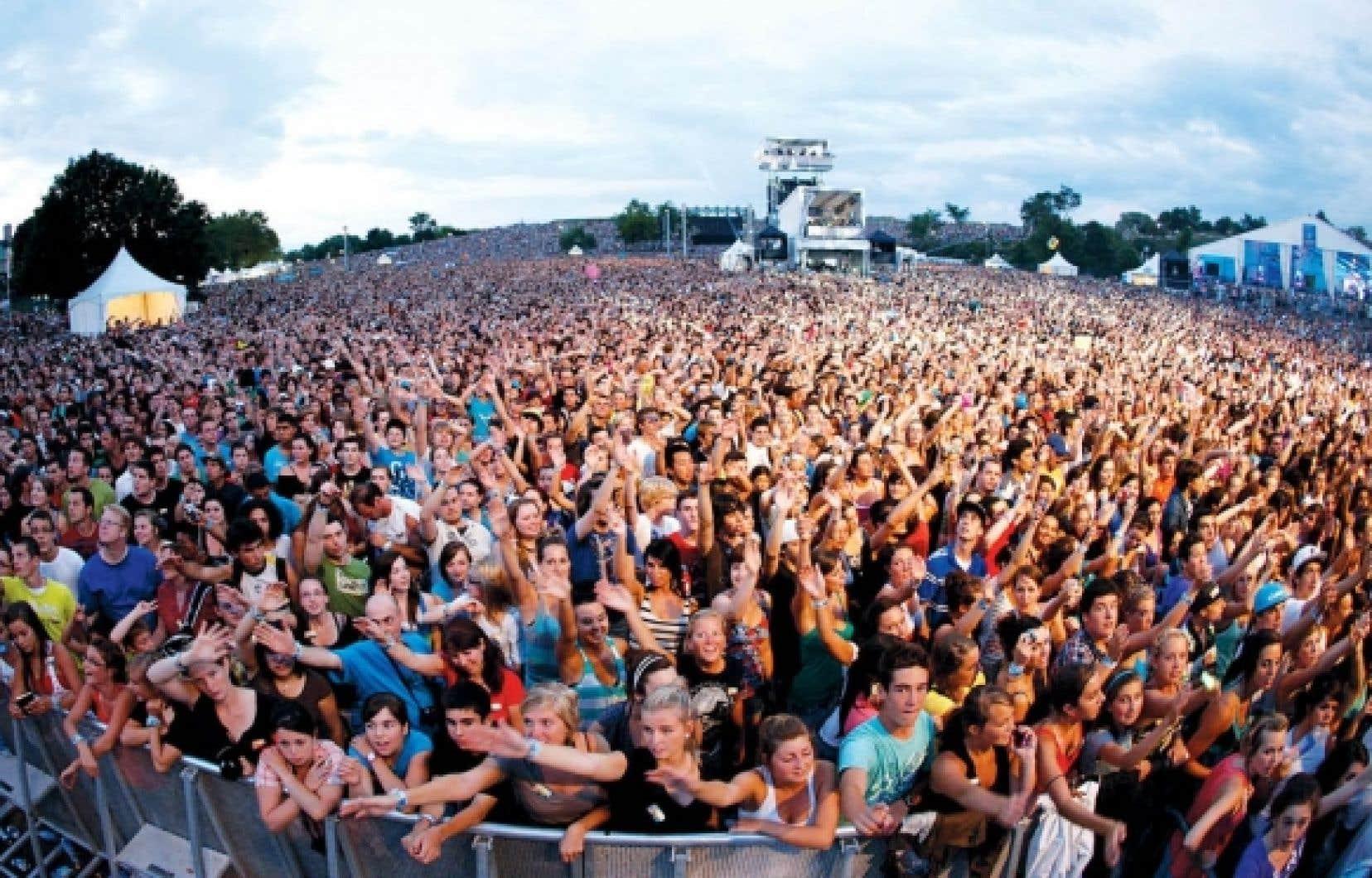 La foule pendant le spectacle des Black Eyed Peas au Festival d'été de Québec<br />