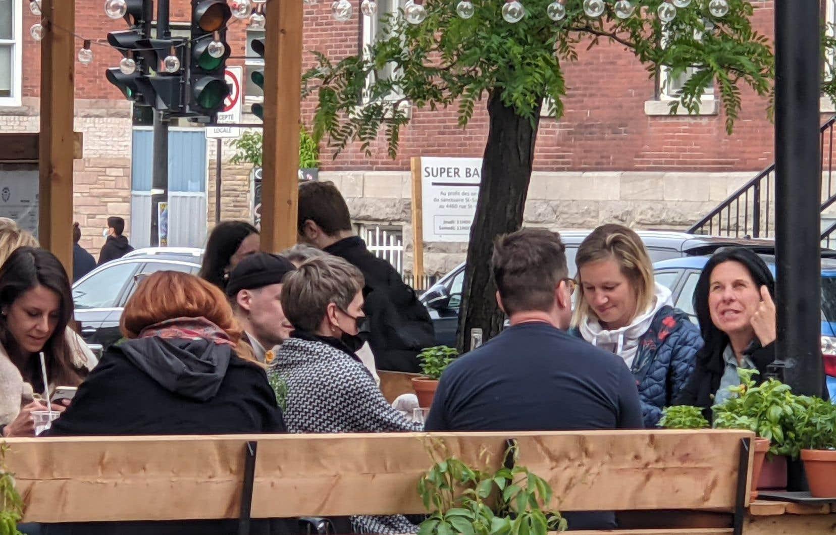Dans les faits, même avec un masque, les cinq personnes n'auraient pas dû s'asseoir à une même table, selon les règles sanitaires en vigueur.