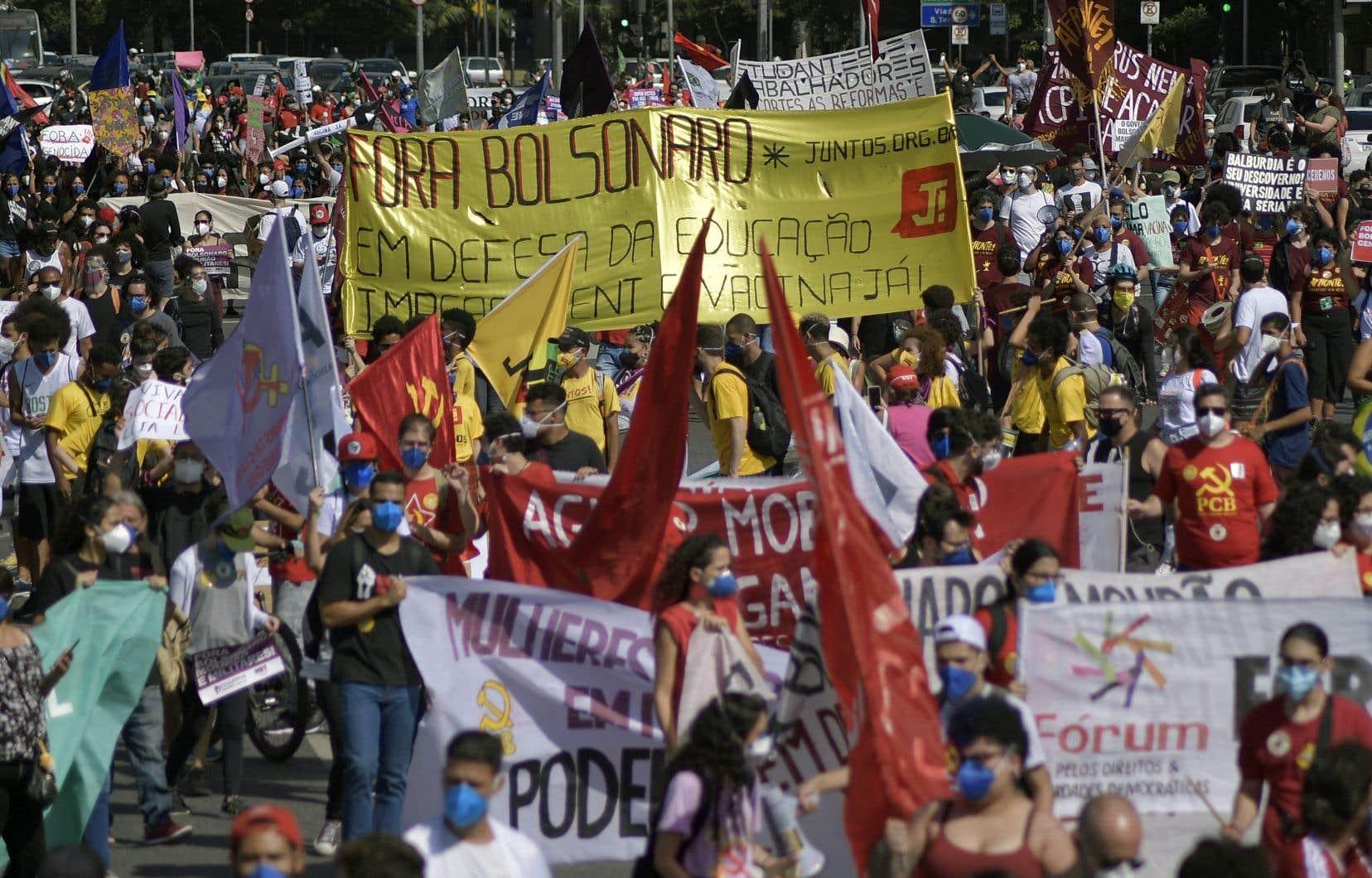 Les manifestants estiment que de nombreux décès auraient pu être évités si le gouvernement avait lancé plus tôt la campagne de vaccination, qui progresse lentement. Ils accusent également le président de promouvoir la déforestation de l'Amazonie, la violence et le racisme.