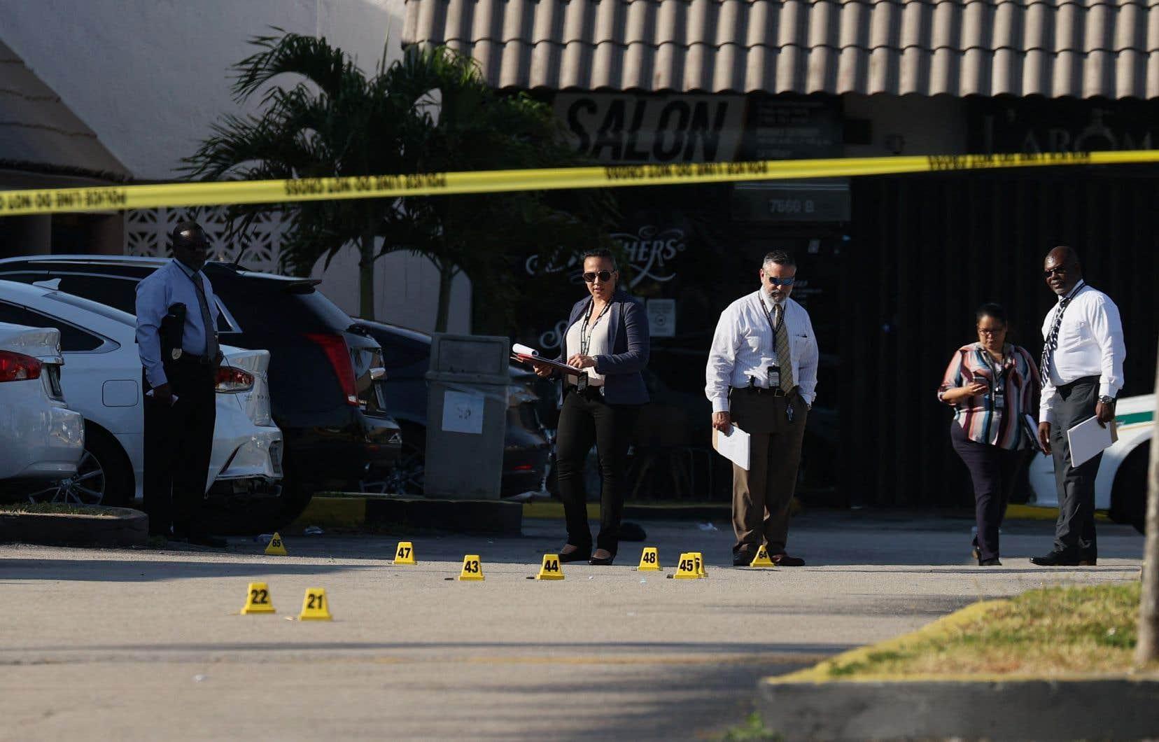 Trois individus sont alors sortis d'un VUS «et ont commencé à tirer indistinctement sur la foule» devant une salle de concert, a indiqué la police du comté de Miami-Dade.