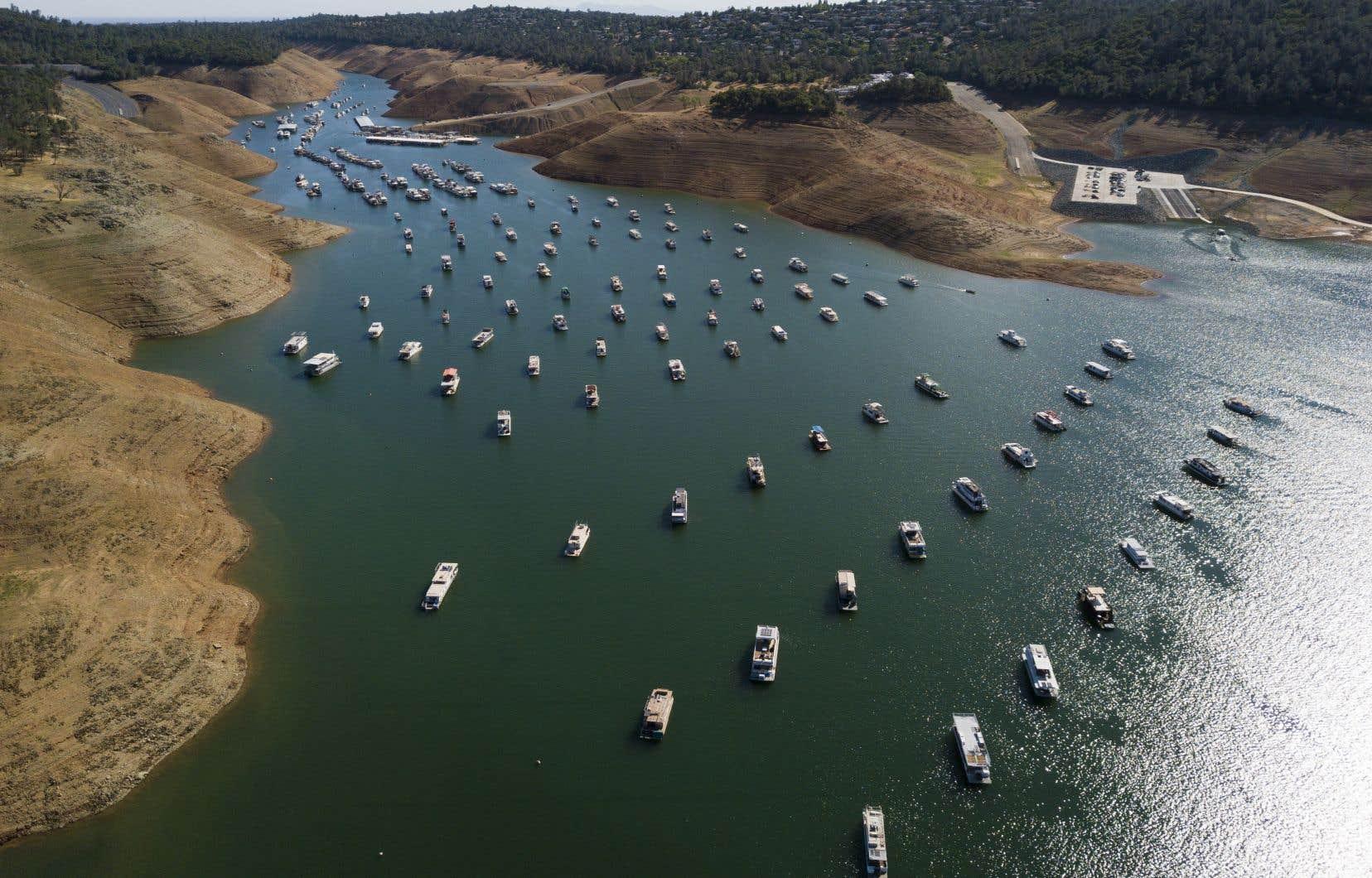 Les propriétaires de plusieurs dizaines de bateaux amarrés sur le lac d'Oroville ont été contraints cette semaine de les faire tracter hors de l'eau, sous peine qu'ils s'échouent et soient endommagés.