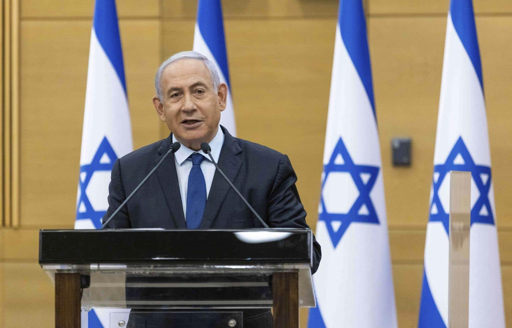 Le duo Naftali Bennett-Yaïr Lapid doit encore rallier 4 députés pour réunir une majorité de 61 têtes nécessaires pour prendre le pouvoir et faire tomber l'actuel premier ministre israélien, Benjamin Nétanyahou, qui, par le passé, a souvent usé de manœuvres de dernières minutes pour se maintenir en poste.