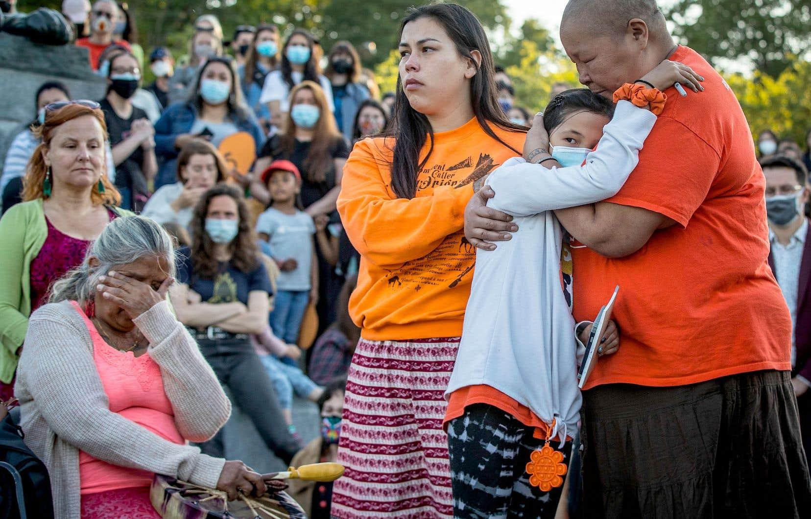 Après des chants traditionnels autochtones, les participants ont observé une minute de silence à la mémoire des 215 enfants.