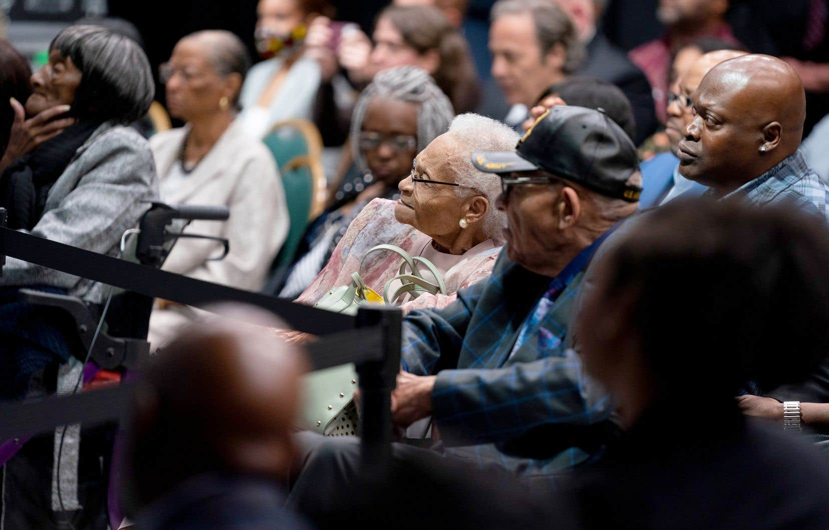 Hughes Van Ellis (portant une casquette) et Viola Fletcher (au centre), deux des survivants du massacre de Tusla, ont assisté à l'allocution du président Biden, mardi.