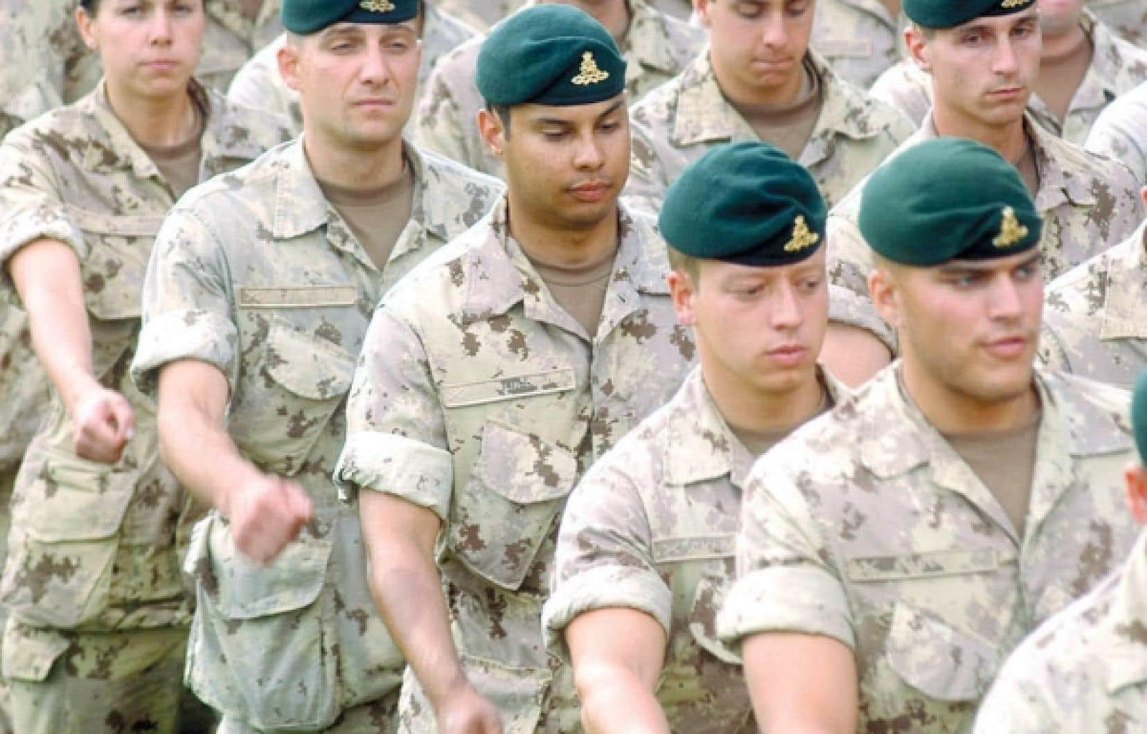 Juillet 2007, des soldats du Royal 22e R&eacute;giment, bas&eacute; &agrave; Valcartier, d&eacute;filent dans les rues de Montr&eacute;al quelques jours avant de s&rsquo;envoler pour l&rsquo;Afghanistan.<br />