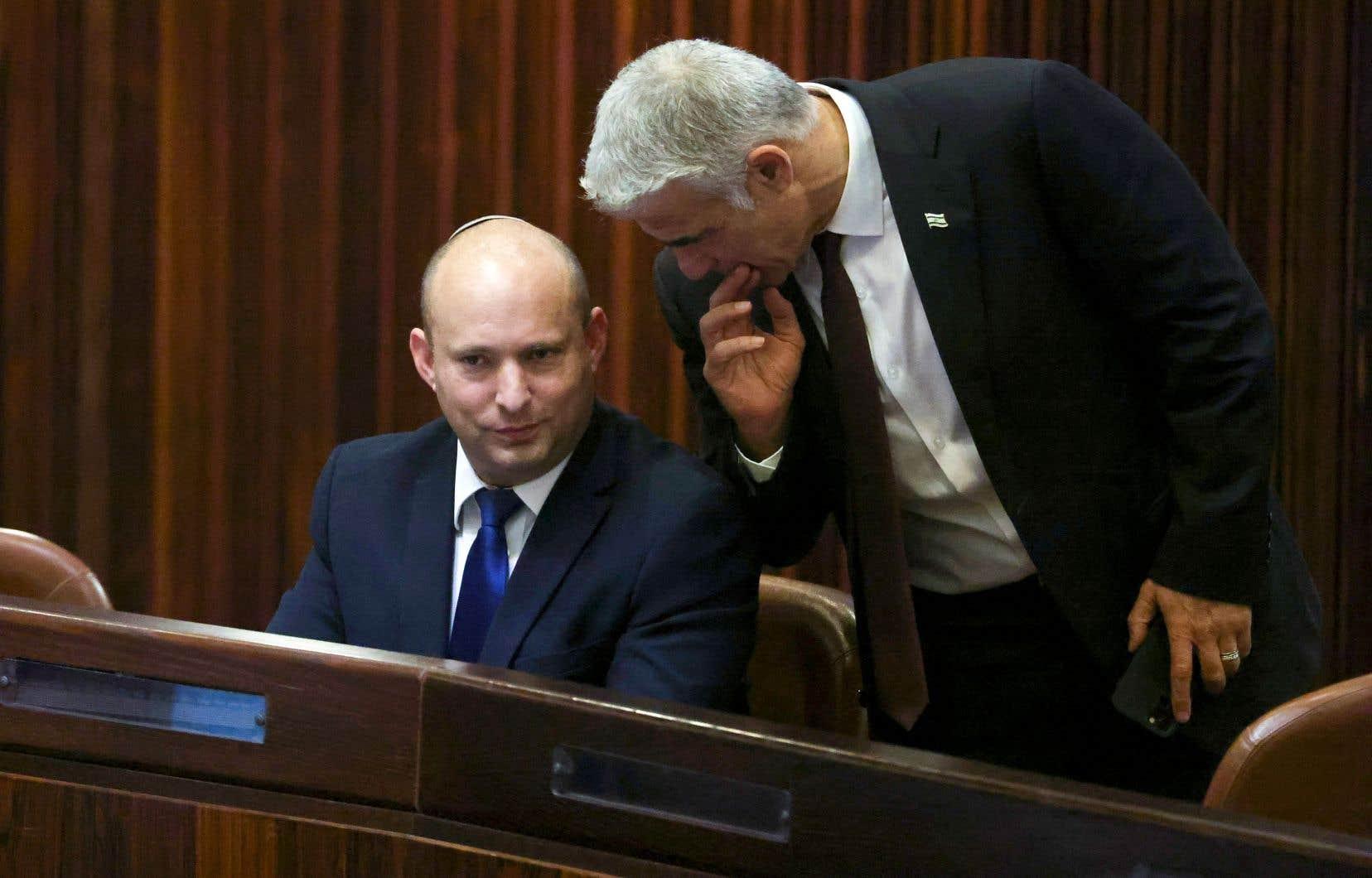 Si la coalition obtient l'appui du Parlement, le chef de la droite radicale, Naftali Bennett (à gauche), et le centriste Yaïr Lapid (à droite), observeront une rotation à la tête du gouvernement.