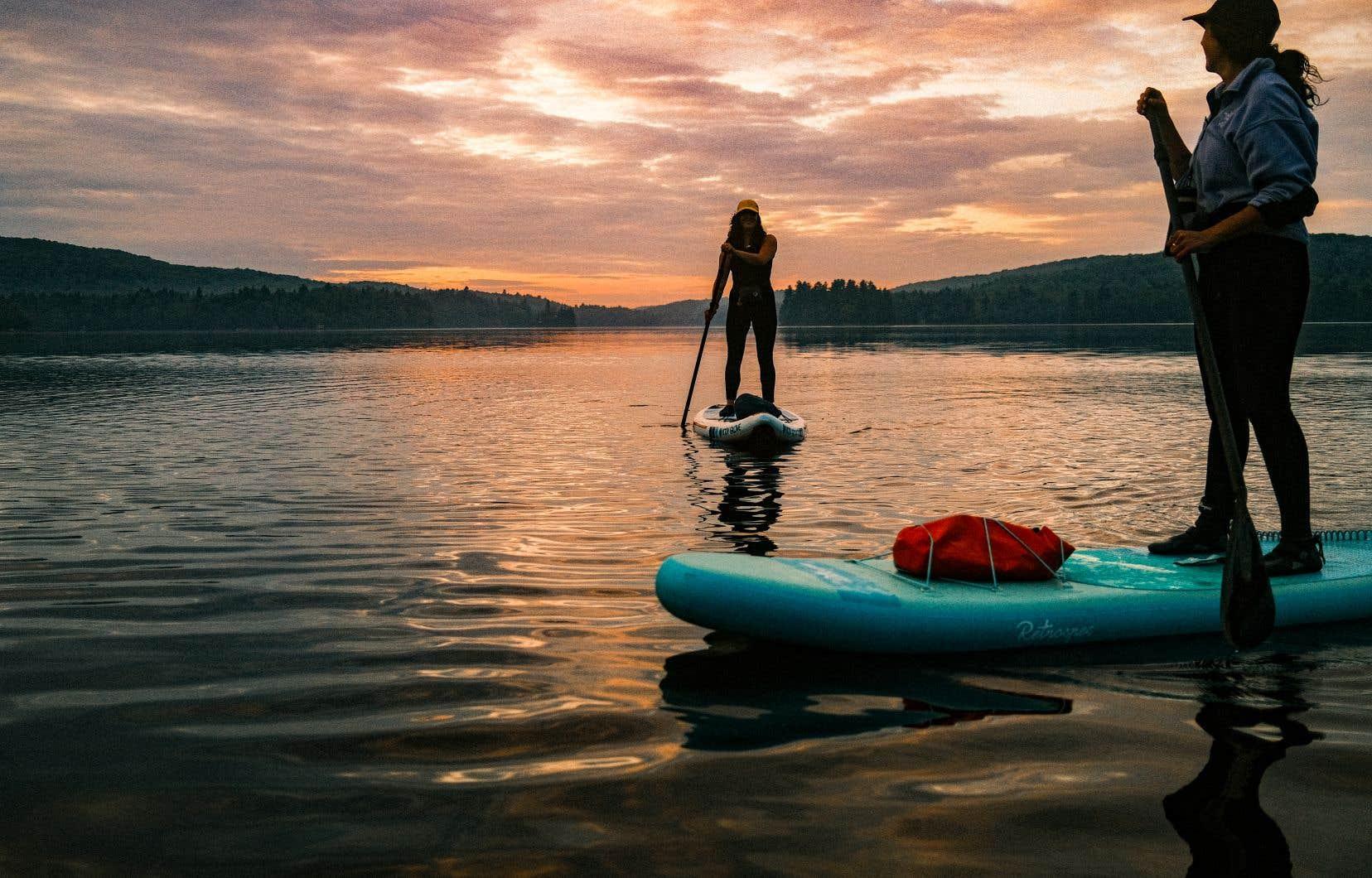 L'entreprise Ô Pagaie offre notamment des excursions pour s'initier à la planche à pagaie et pagayer au coucher du soleil.