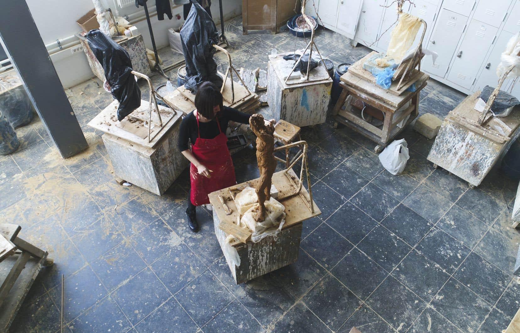 Selon l'organisme Ateliers Créatifs, entre 400 et 600 artistes montréalais ont perdu leur espace de travail depuis 2018 en raison d'expulsions et de hausses de loyers.
