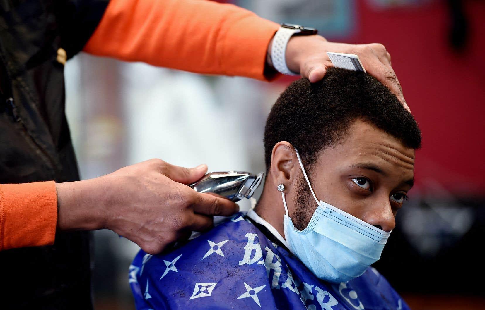 «Les coiffeurs et barbiers locaux» vont devenir «des promoteurs clés pour la vaccination dans leurs communautés, en offrant des informations aux clients, en prenant pour eux des rendez-vous», a déclaré Joe Biden, mercredi, lors d'une allocution.