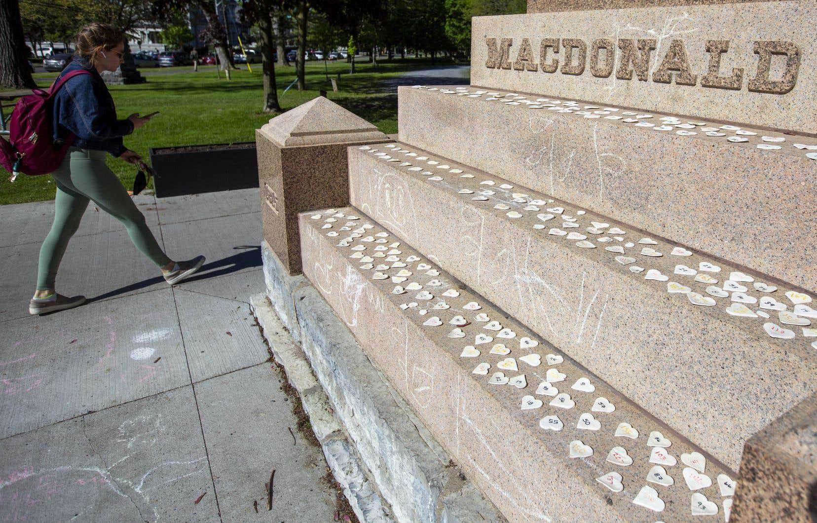 «Monsieur Macdonald a été entre autres des architectes des écoles résidentielles, franchement, des camps de travail intensifs, on ne peut pas parler d'écoles», a rappelé Marc Miller.