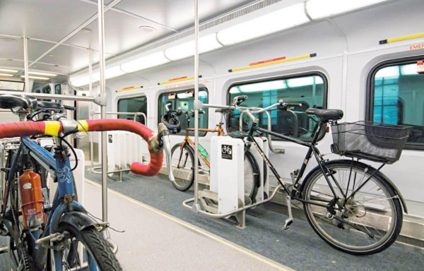 Des garages à vélos sont installés dans des voitures-bagages traditionnelles. Les voyageurs embarquent donc leur bicyclette sans démonter pédales, guidon et selle, pour quelques dollars supplémentaires.<br />