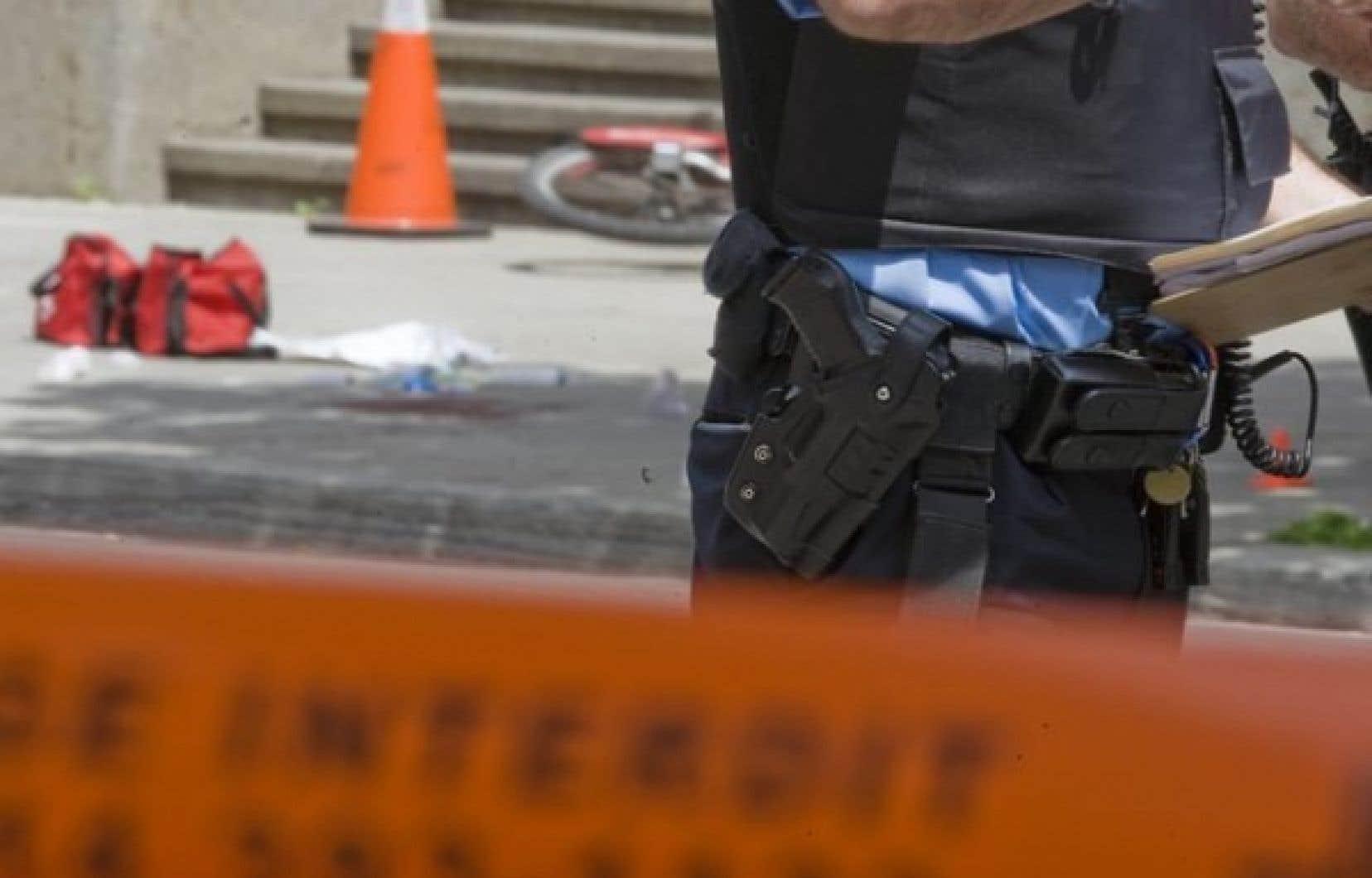 Le drame s'est joué à l'angle des rues Christin et Saint-Denis, peu après 6h30. Un homme est mort d'une balle dans la tête et un cycliste a été blessé par un tir mal cadré.