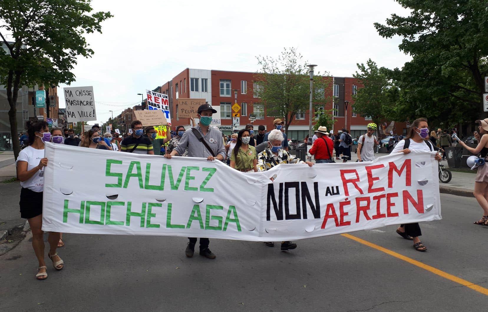 Plus d'une centaine de personnes étaient présentes samedi matin dans le quartier Hochelaga-Maisonneuve pour manifester contre le passage du Réseau express métropolitain (REM) dans leur quartier.