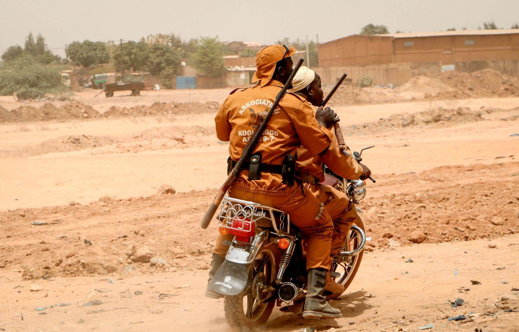 L'armée burkinabè, faible et mal équipée, ne parvient pas à contrer les attaques de plus en plus nombreuses et doit s'appuyer sur des supplétifs civils, les Volontaires pour la défense de la patrie (VDP), qui payent un lourd tribut à la lutte antidjihadiste.