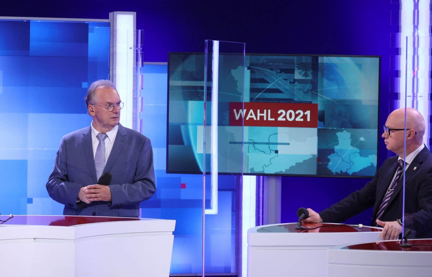 Oliver Kirchner (à droite), candidat du parti del'extrême droite de l'Alternative pour l'Allemagneet Reiner Haseloff (à gauche),chef du gouvernement régional etcandidat de Union chrétienne-démocrate, ont participé à une débat télévisé après le dévoilement des premiers résultats des élections régionales.