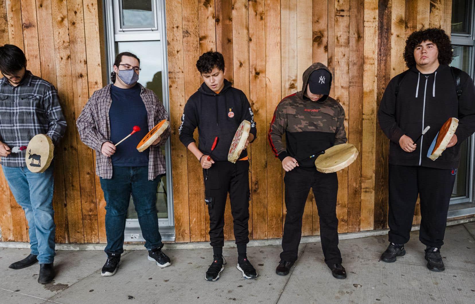 Des élèves jouent du tambour devant l'école secondaire de Chilliwack, dans la vallée du Fraser, à l'est de Vancouver