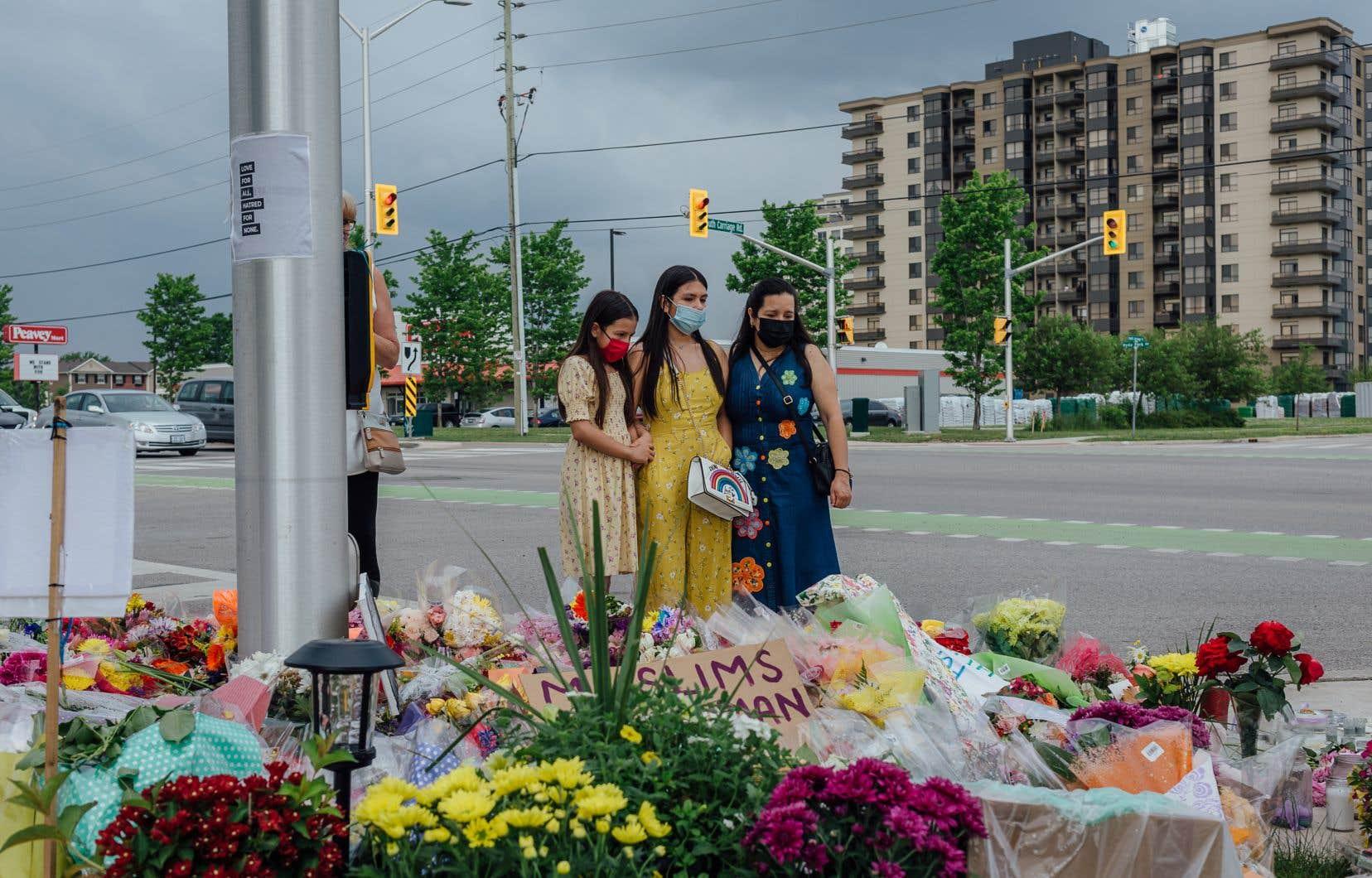 Les messages d'amour et d'espoirs affluent, sur les pancartes, les dessins d'enfants, les toutous et les gerbes de fleurs laissés un peu partout sur les lieux du drame.