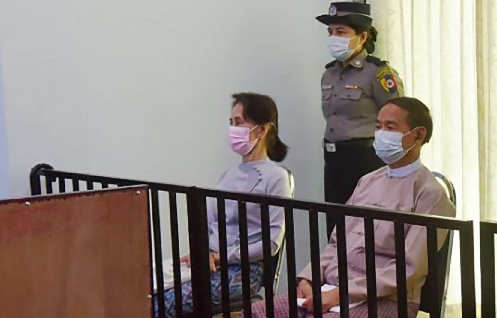 Aung San Suu Kyi (assise à gauche) comparaîtra à partir du 15juin pour «sédition» aux côtés, notamment, de l'ex-président de la République Win Myint (à droite). On les voit ici le 24 mai en cour à Naypyidaw.