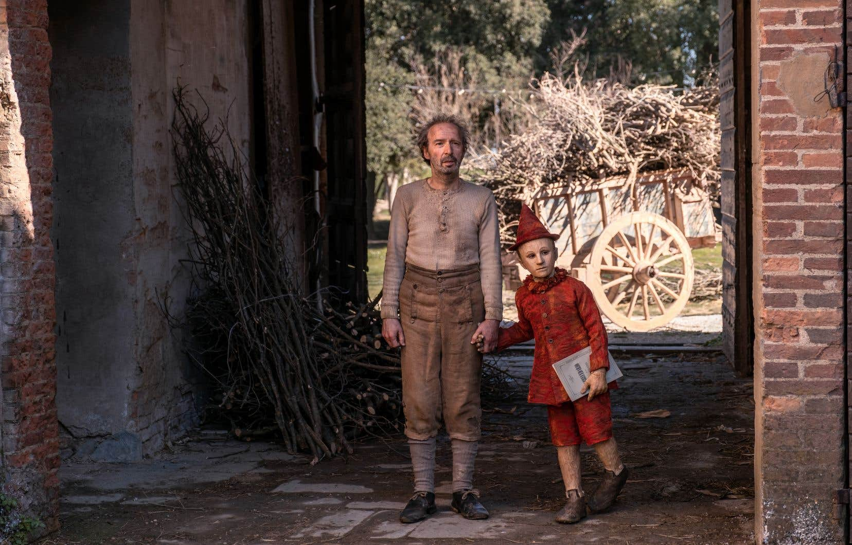 Filmé dans de magnifiques paysages toscans, théâtre de l'action originelle, «Pinocchio» débute dans un village où réside Geppetto (Roberto Benigni, drôle et touchant), un menuisier sans le sou.