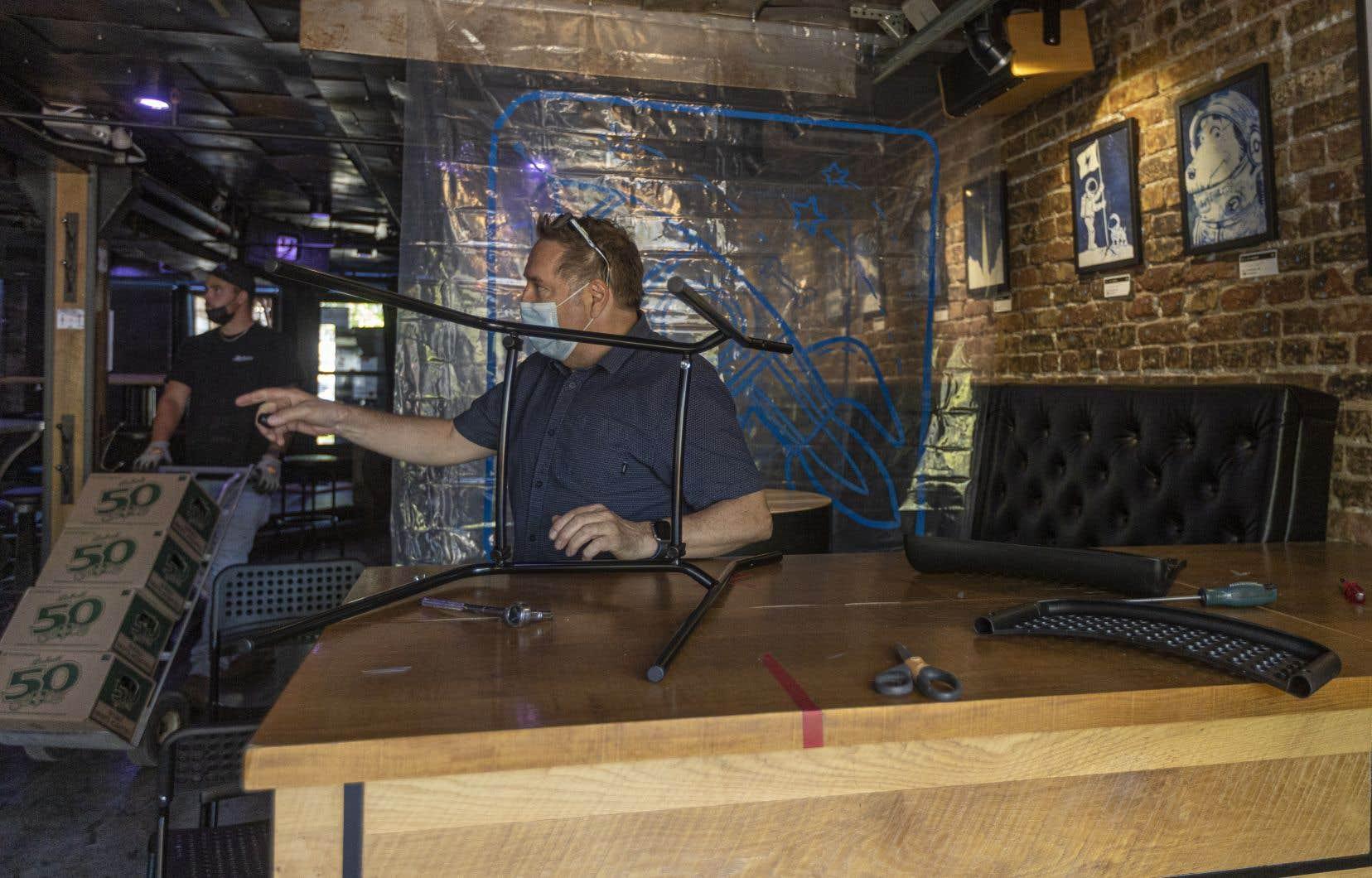 Alain Slythe, propriétaire du bar Le Bal du Lézard, à Québec, se prépare à la réouverture vendredi.