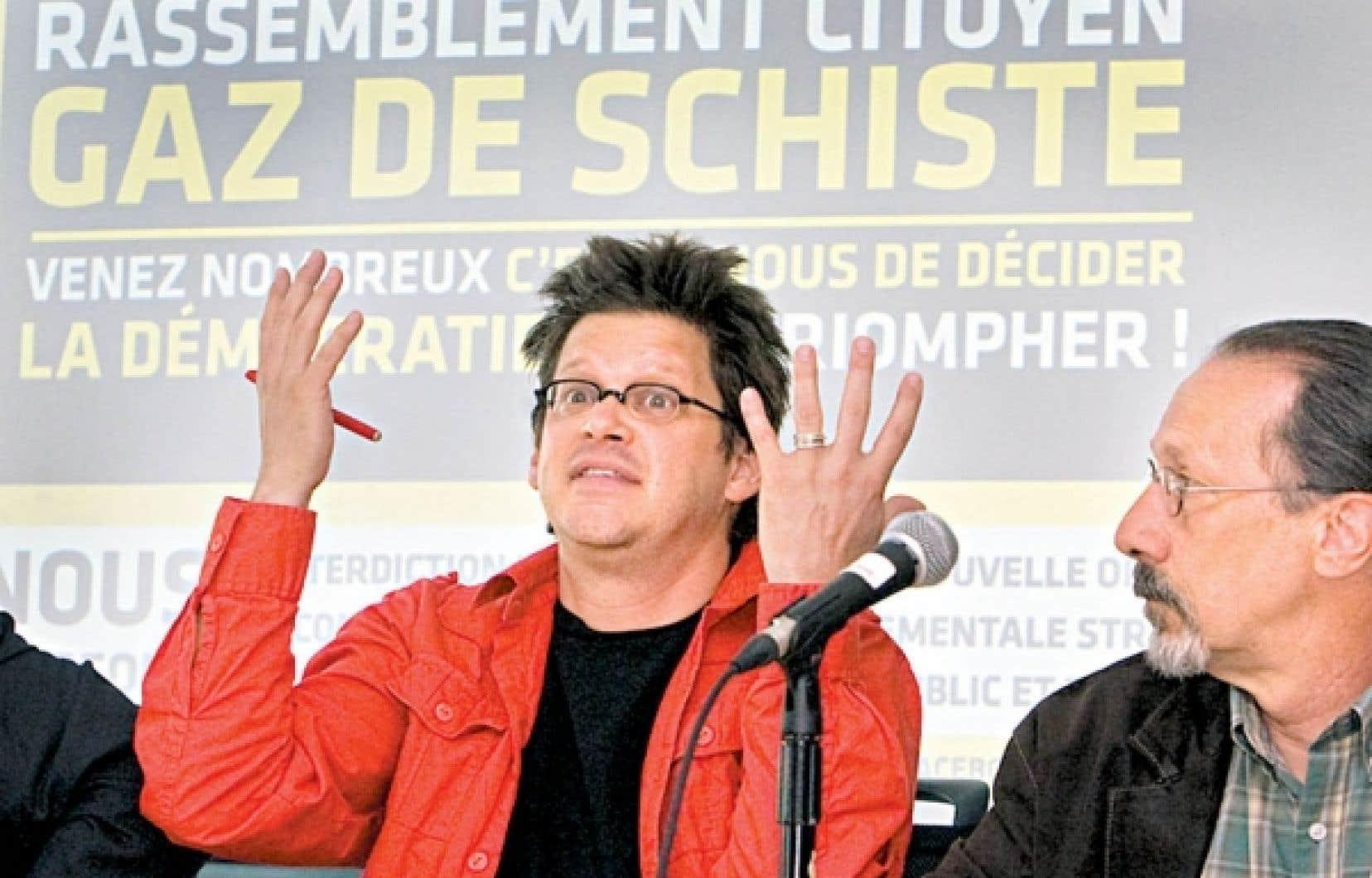 Une coalition de groupes environnementaux, syndicaux et citoyens appellent à manifester contre l'exploitation des gaz de schiste à Montréal samedi. Parmi eux, le metteur en scène Dominic Champagne.<br />