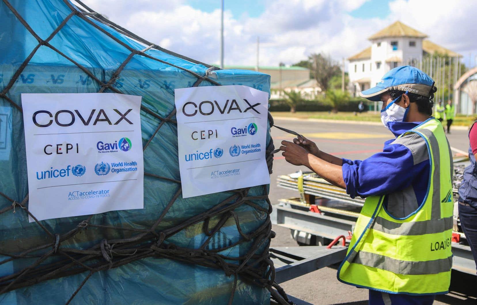 Au 8 juin, le dispositif COVAX avait livré seulement plus de 81 millions de doses de vaccin dans 129 pays et territoires participants. Sur notre photo, des doses arrivant par avion à Antananarivo, à Madagascar.