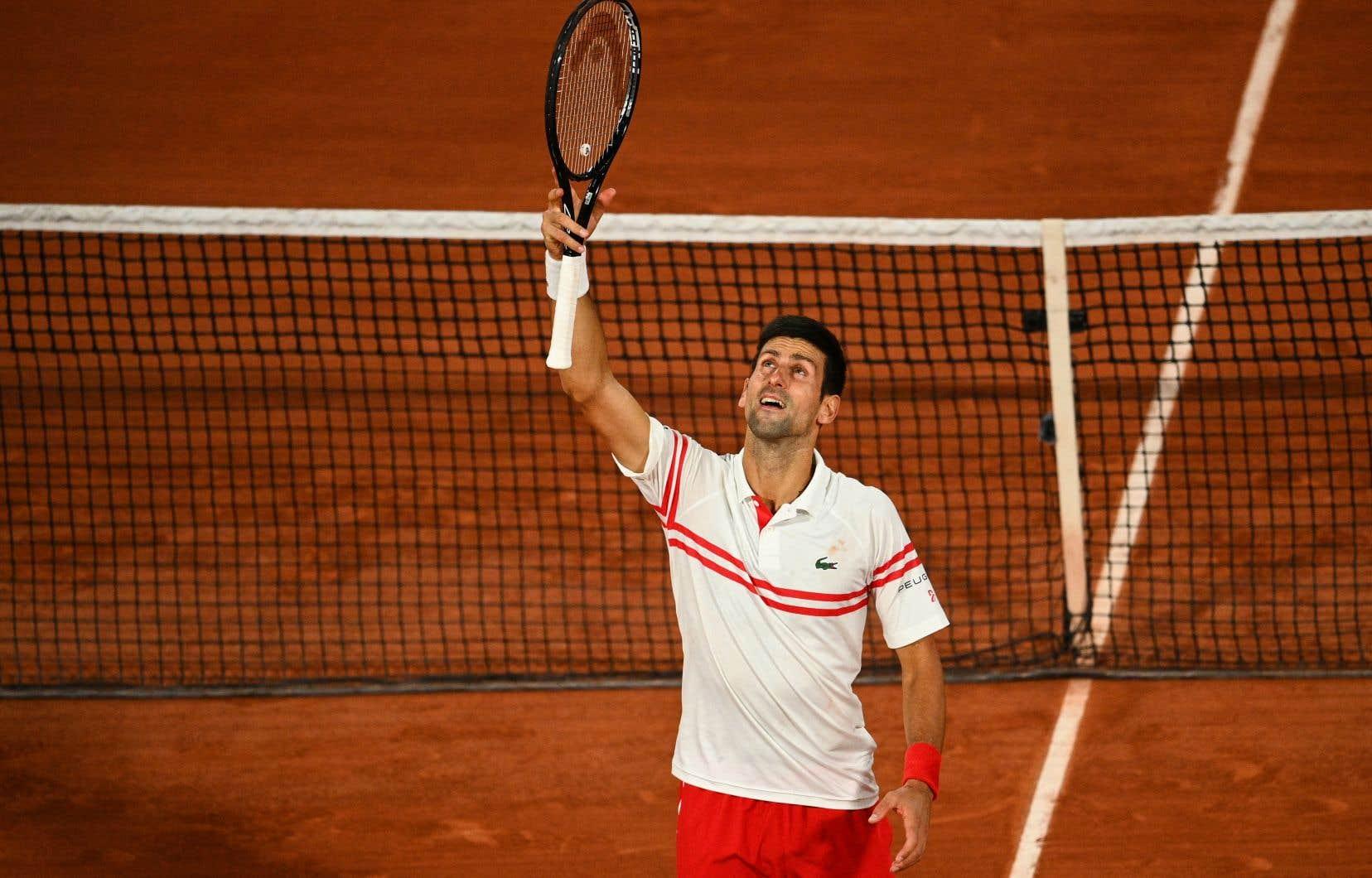 Le Serbe Novak Djokovic a renversé l'Espagnol Rafael Nadalen quatre sets 3-6, 6-3, 7-6 (7/4) 6-2 au bout d'un combat d'anthologie de plus de 4h vendredi.