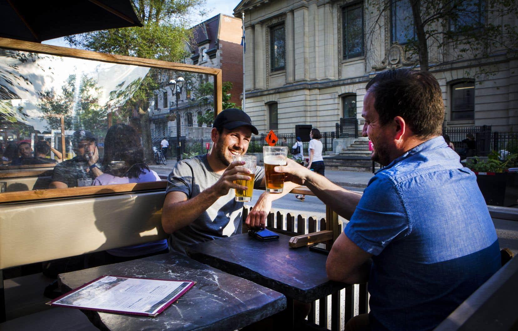 Les bars, tavernes et brasseries situées dans les zones orange, comme Montréal et Laval, ont pu ouvrir leurs terrasses vendredi.