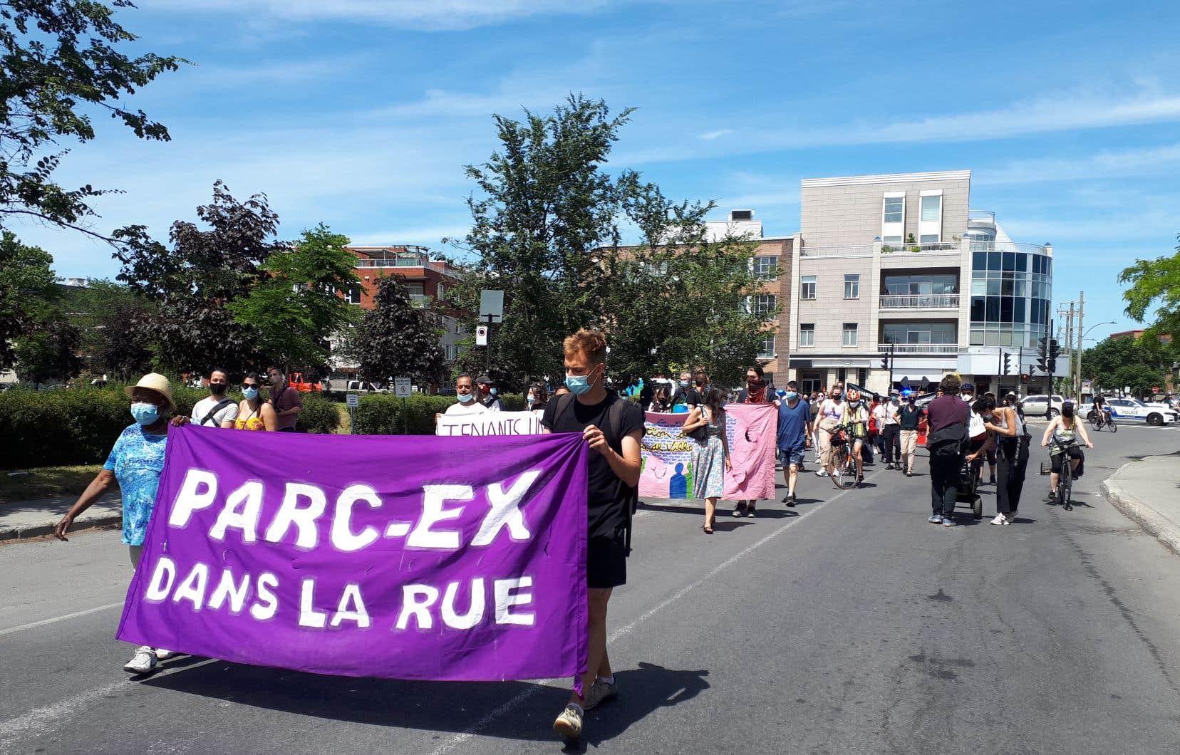 Des dizaines de locataires manifestent samedi dans l'arrondissement de Villeray-Saint-Michel-Parc-Extension afin de dénoncer les évictions de locataires souvent justifiées par des travaux de rénovation.