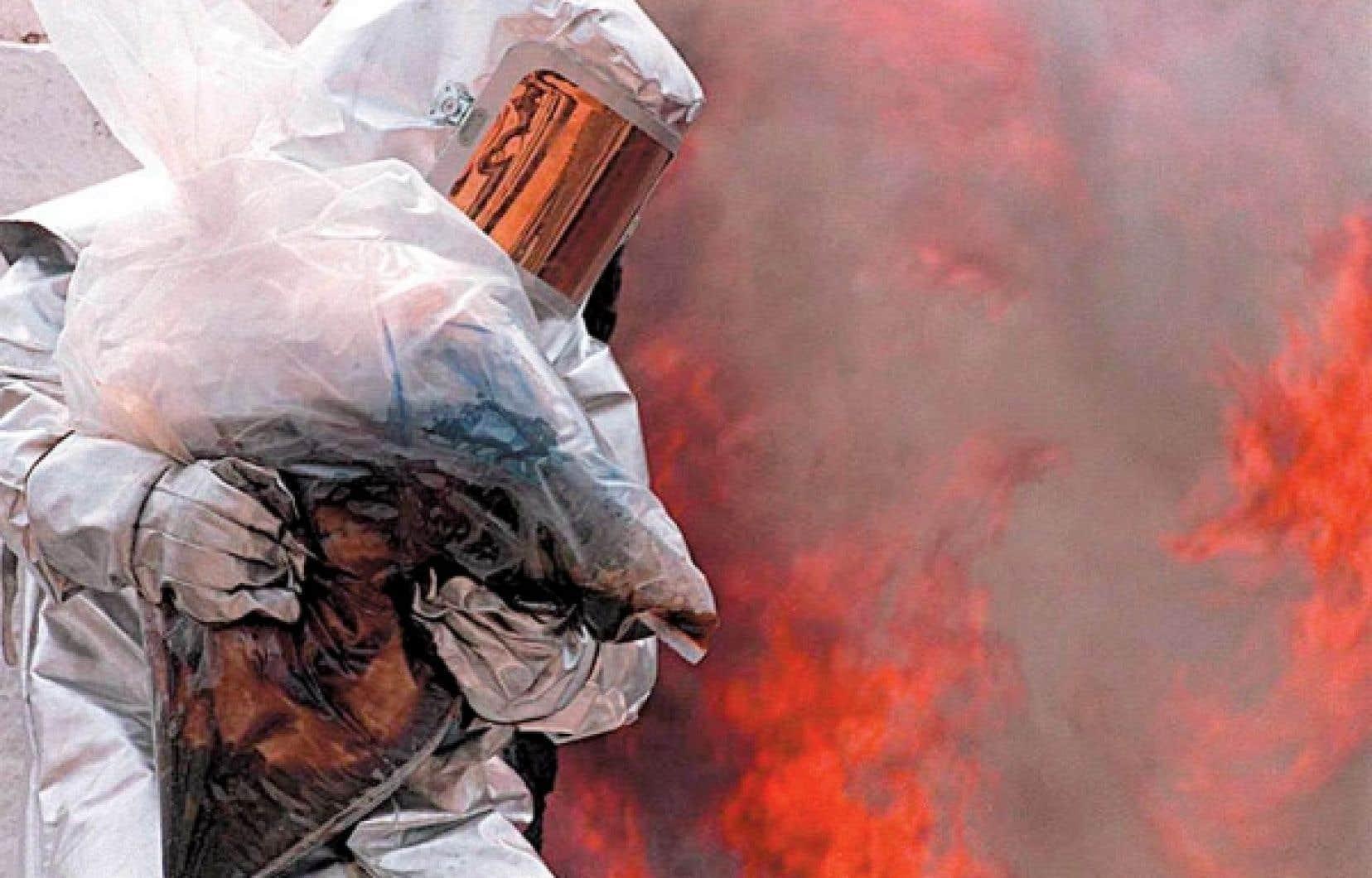 Un policier de l'escouade antidrogue participe à l'incinération de stupéfiants saisis au Pérou.<br />