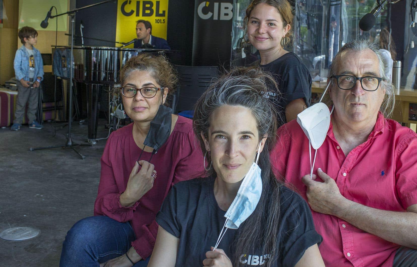 À l'avant, Amélie Moncelet, directrice générale de la station, avec son équipe composée d'Amel Niboucha (à gauche), d'Elise Thompson (au centre à l'arrière) et de Maurice Bolduc (à droite)