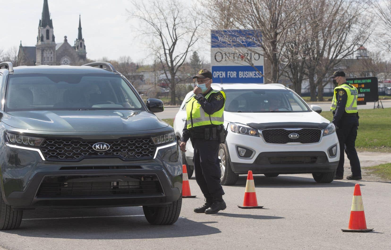 Des contrôles à la frontière entre le Québec et l'Ontario, à Hawkesbury
