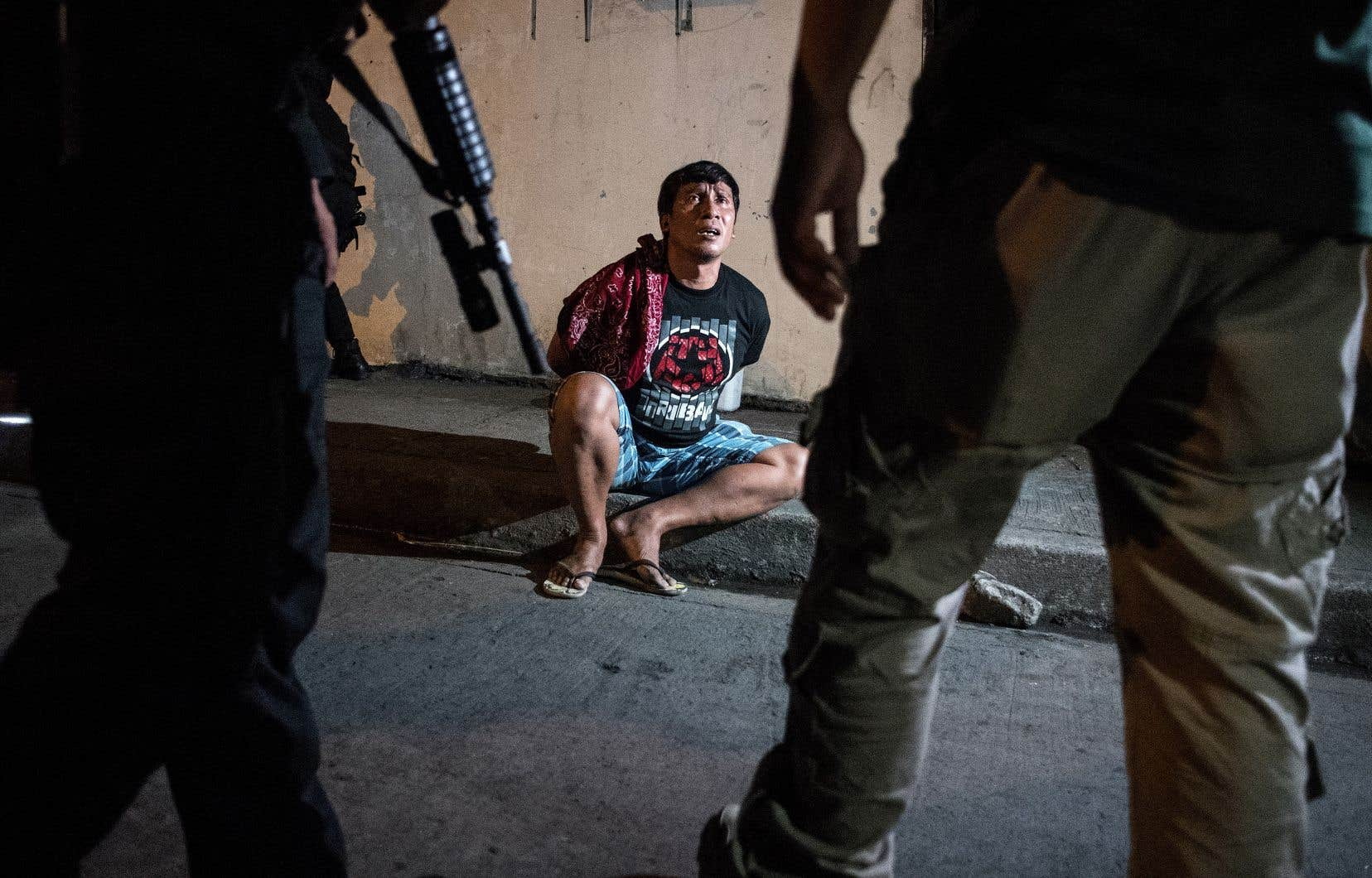 Rodrigo Duterte a été élu en 2016 après une campagne sécuritaire outrancière, promettant d'éradiquer le trafic de drogue en faisant abattre des dizaines de milliers de délinquants. Les derniers chiffres officiels, considérés comme sous-estimés, font état de plus de 6000 morts.